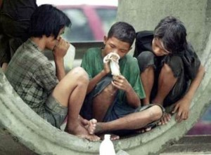 bambini di strada che sniffano colla